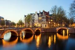 Θαυμάσια άποψη σχετικά με τα σπίτια του Άμστερνταμ στη νύχτα, Κάτω Χώρες Στοκ φωτογραφίες με δικαίωμα ελεύθερης χρήσης