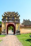Θαυμάσια άποψη της μεσημβρινής πύλης στην αυτοκρατορική πόλη με την πορφυρή απαγορευμένη πόλη μέσα στην ακρόπολη στο χρώμα, Βιετν στοκ εικόνες