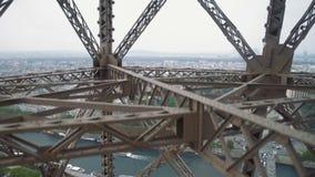 Θαυμάσια άποψη του Παρισιού από την κίνηση του ανελκυστήρα πύργων του Άιφελ φιλμ μικρού μήκους