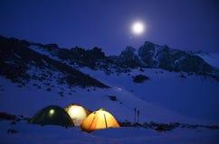 Θαυμάσια άποψη των χιονοσκεπών βουνών σε μια φεγγαρόφωτη νύχτα στοκ φωτογραφία με δικαίωμα ελεύθερης χρήσης