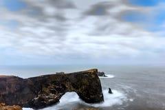 Θαυμάσια αψίδα βράχου σε Dyrholaey, Ισλανδία Στοκ Φωτογραφίες