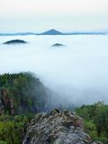 Θαυμάσια βαριά υδρονέφωση στο τοπίο Κρεμώδης ομίχλη φθινοπώρου στην επαρχία Hill που αυξάνεται από την ομίχλη, Στοκ Εικόνες