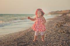 Θαυμάσια εικόνα ονείρου του κοριτσάκι με τα μπλε μάτια ξανθών μαλλιών και τα ρόδινα μάγουλα που θέτουν το τρέξιμο από την παραλία Στοκ φωτογραφίες με δικαίωμα ελεύθερης χρήσης