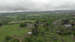 Θαυμάσια εναέρια άποψη επαρχίας με τα αγροκτήματα, τα εξοχικά σπίτια και τα λιβάδια φιλμ μικρού μήκους