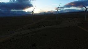 Θαυμάσια εναέρια άποψη των γεννητριών ηλεκτρικής ενέργειας αέρα στην αυγή απόθεμα βίντεο