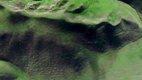 Θαυμάσια εναέρια άποψη των πράσινων βουνών και των τομέων φιλμ μικρού μήκους