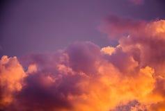 Θαυμάσια ζωηρόχρωμα σύννεφα στον ουρανό βραδιού Φωτεινά, ρόδινα σύννεφα στον ουρανό στο ηλιοβασίλεμα Όμορφο βράδυ skyscape Περίλη Στοκ Φωτογραφία