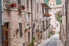Θαυμάσια διακοσμημένη οδός στη μικρή πόλη στην Ιταλία στην ηλιόλουστη ημέρα Στοκ Φωτογραφίες