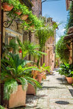 Θαυμάσια διακοσμημένη οδός στη μικρή πόλη στην Ιταλία Στοκ φωτογραφίες με δικαίωμα ελεύθερης χρήσης