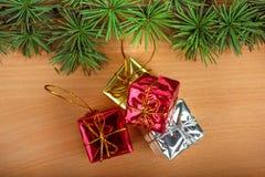 Θαυμάσια διακόσμηση Χριστουγέννων με το δέντρο έλατου και το κίτρινο ασήμι Στοκ εικόνα με δικαίωμα ελεύθερης χρήσης