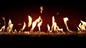 Θαυμάσια καλή ικανοποιώντας ατμόσφαιρα κοντά επάνω στο κάψιμο ξυλάνθρακα αργό με την πορτοκαλιά φλόγα πυρκαγιάς στην άνετη εστία  απόθεμα βίντεο