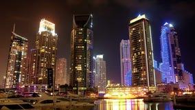 Θαυμάσια μαρίνα του Ντουμπάι νύχτας, Ηνωμένα Αραβικά Εμιράτα απόθεμα βίντεο