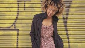 Θαυμάσια νέα εθνική γυναίκα στην οδό απόθεμα βίντεο