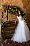 Θαυμάσια νύφη σε ένα γαμήλιο φόρεμα στοκ φωτογραφία