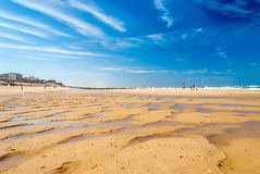 Θαυμάσια παραλία με την ανακούφιση άμμου στην παραλία κυματωγών, Lacanau, Γαλλία στοκ εικόνες