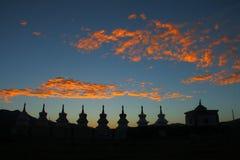 Θαυμάσια πυράκτωση ηλιοβασιλέματος και σκιαγραφίες των άσπρων stupas στο θιβετιανό οροπέδιο Στοκ Εικόνες