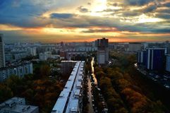 Θαυμάσια πόλη και απίστευτο ηλιοβασίλεμα στοκ φωτογραφία με δικαίωμα ελεύθερης χρήσης