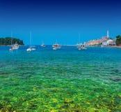 Θαυμάσια ρομαντική παλαιά πόλη στην αδριατική θάλασσα Βάρκες και γιοτ μέσα Στοκ εικόνα με δικαίωμα ελεύθερης χρήσης