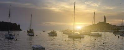 Θαυμάσια ρομαντική παλαιά πόλη στην αδριατική θάλασσα Βάρκες και γιοτ μέσα Στοκ Εικόνες