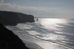 Θαυμάσια σκιαγραφία των απότομων βράχων της ατλαντικής ακτής με την πίσω ελαφριά αντανάκλαση στον ωκεανό Στοκ Φωτογραφία