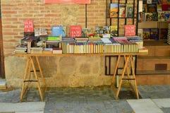 Θαυμάσια στάση βιβλίων στις οδούς Alcala de Henares Ιστορία ταξιδιού αρχιτεκτονικής στοκ φωτογραφία