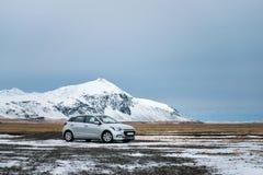Θαυμάσια φύση το χειμώνα Ισλανδία Δρόμος στα βουνά με το άσπρο αυτοκίνητο ταξιδιού Στοκ Εικόνες