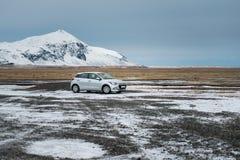 Θαυμάσια φύση το χειμώνα Ισλανδία Δρόμος στα βουνά με το άσπρο αυτοκίνητο ταξιδιού Στοκ φωτογραφία με δικαίωμα ελεύθερης χρήσης