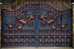 θαυμάσιες πύλες επεξεργασμένος-σιδήρου, διακοσμητικό σφυρηλατημένο κομμάτι, που σφυρηλατείται eleme στοκ φωτογραφία