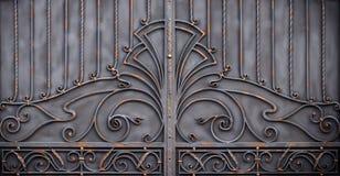 θαυμάσιες πύλες επεξεργασμένος-σιδήρου, διακοσμητικό σφυρηλατημένο κομμάτι, που σφυρηλατείται eleme στοκ φωτογραφίες