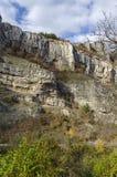 Θαυμάσιοι βράχοι Lakatnik στο πλήρες ύψος και το δρόμο, defile ποταμών Iskar, επαρχία της Sofia Στοκ Εικόνα