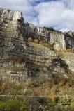 Θαυμάσιοι βράχοι Lakatnik στο πλήρες ύψος και το δρόμο, defile ποταμών Iskar, επαρχία της Sofia Στοκ Εικόνες