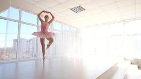 Θαυμάσιος θηλυκός χορευτής μπαλέτου στο ρόδινο tutu που ασκεί και που χαμογελά απόθεμα βίντεο