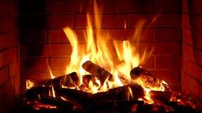 Θαυμάσιος ικανοποιώντας στενός επάνω πυροβολισμός του ξύλινου καψίματος αργά με την πορτοκαλιά φλόγα πυρκαγιάς στην άνετη ατμόσφα απόθεμα βίντεο