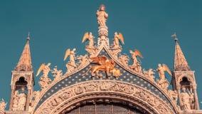Θαυμάσιος καθεδρικός ναός κατά τη στενή επάνω άποψη της Βενετίας φιλμ μικρού μήκους