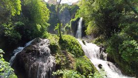 Θαυμάσιος καταρράκτης στον ηλιόλουστο καιρό στο πάρκο άγριας φύσης Tivoli, Ιταλία φιλμ μικρού μήκους