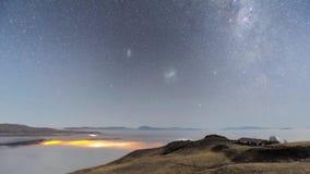 Θαυμάσιος μακρύς seascape χρονικού σφάλματος έκθεσης σταθερός άποψης αστεριών μετεωριτών γαλαξίας τρόπων ντους γαλακτώδης στο βόρ φιλμ μικρού μήκους