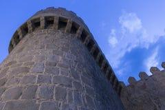 Θαυμάσιος μεσαιωνικός εξωτερικός τοίχος που προστατεύει και περιβάλλει Στοκ εικόνα με δικαίωμα ελεύθερης χρήσης