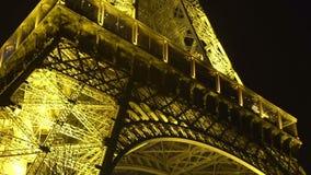 Θαυμάσιος φωτισμένος πύργος του Άιφελ στη νύχτα, επίσκεψη, κατώτατη άποψη φιλμ μικρού μήκους