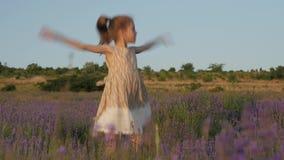 Θαυμάσιος χορός μικρών κοριτσιών κατά τη διάρκεια των διακοπών θερινών σχολείων απόθεμα βίντεο