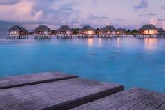 Θαυμάσιος χρόνος λυκόφατος στο τροπικό παραθαλάσσιο θέρετρο στις Μαλδίβες Στοκ Φωτογραφία