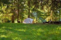 Θαυμάσιο διακινούμενο στρατόπεδο - σκηνή στο πράσινο λιβάδι Στοκ Εικόνες