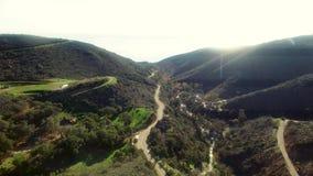 Θαυμάσιο εναέριο των δασών και των δρόμων κοντά σε Malibu απόθεμα βίντεο