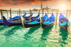 Θαυμάσιο ζωηρόχρωμο ηλιοβασίλεμα με το λιμάνι γονδολών στη Βενετία, Ιταλία, Ευρώπη στοκ φωτογραφίες με δικαίωμα ελεύθερης χρήσης