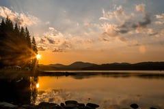 Θαυμάσιο ηλιοβασίλεμα πέρα από ένα φράγμα Στοκ Εικόνες