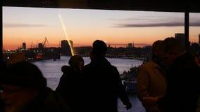 Θαυμάσιο ηλιοβασίλεμα που θαυμάζεται από το υψηλό πεζούλι επίσκεψης μπαλκονιών γυαλιού σε Elbe φιλαρμονικό φιλμ μικρού μήκους