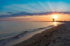 Θαυμάσιο ηλιοβασίλεμα στο υπόβαθρο της θάλασσας και της διαστημικής κεραίας στοκ φωτογραφία