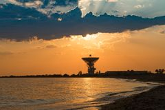 Θαυμάσιο ηλιοβασίλεμα στο υπόβαθρο της θάλασσας και της διαστημικής κεραίας στοκ φωτογραφίες με δικαίωμα ελεύθερης χρήσης