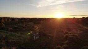 Θαυμάσιο ηλιοβασίλεμα το βράδυ φθινοπώρου, ομορφιά της φύσης, φυσική επίδραση φλογών φακών Ξύλινη καλύβα στη μέση του λιβαδιού απόθεμα βίντεο
