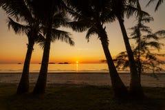 Θαυμάσιο ηλιοβασίλεμα στο τροπικό νησί Στοκ φωτογραφία με δικαίωμα ελεύθερης χρήσης