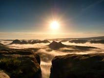 Θαυμάσιο ηλιόλουστο πρωί στους βράχους δραστηριότητες υπαίθριες Ομίχλη φθινοπώρου στην κοιλάδα Στοκ Εικόνες